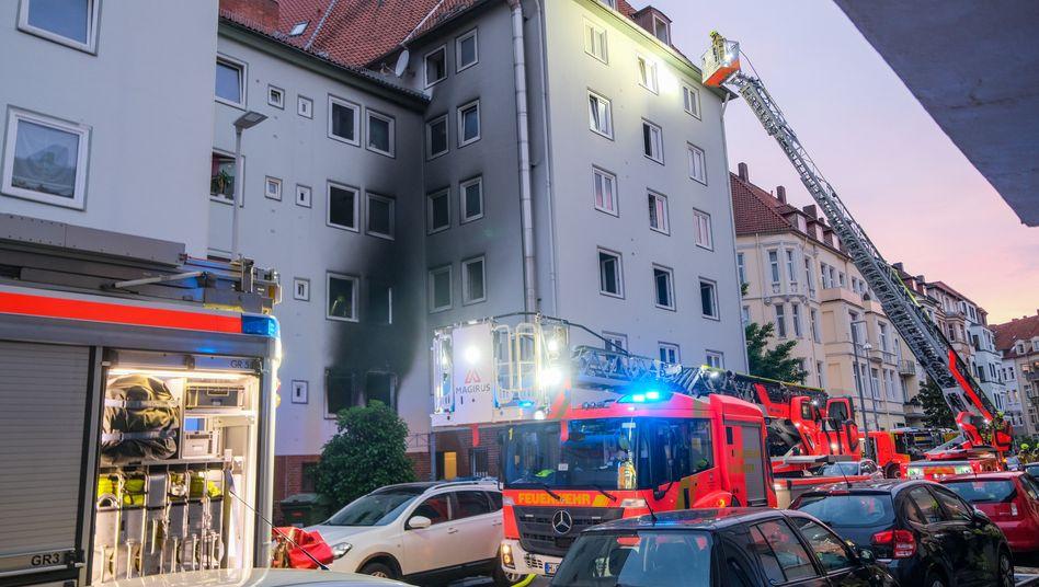 Einsatzkräfte an einem Mehrfamilienhaus in Hannover: Mehrere Personen wurden bei einem Brand verletzt, eine davon schwer