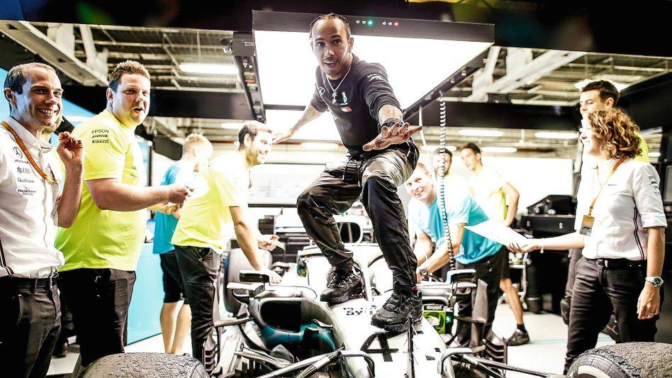 Weltmeister Hamilton Ende Oktober in der Mercedes-Box in Mexiko: Eine Mischung aus Super Bowl und Las-Vegas-Show