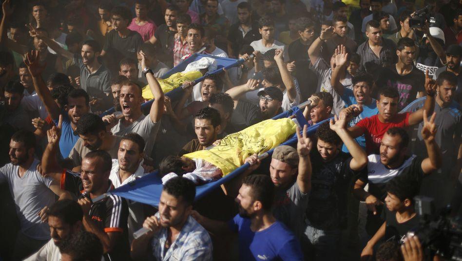 Familienangehörige tragen die toten Kinder durch die Stadt: Die Soldaten bleiben frei von Strafe