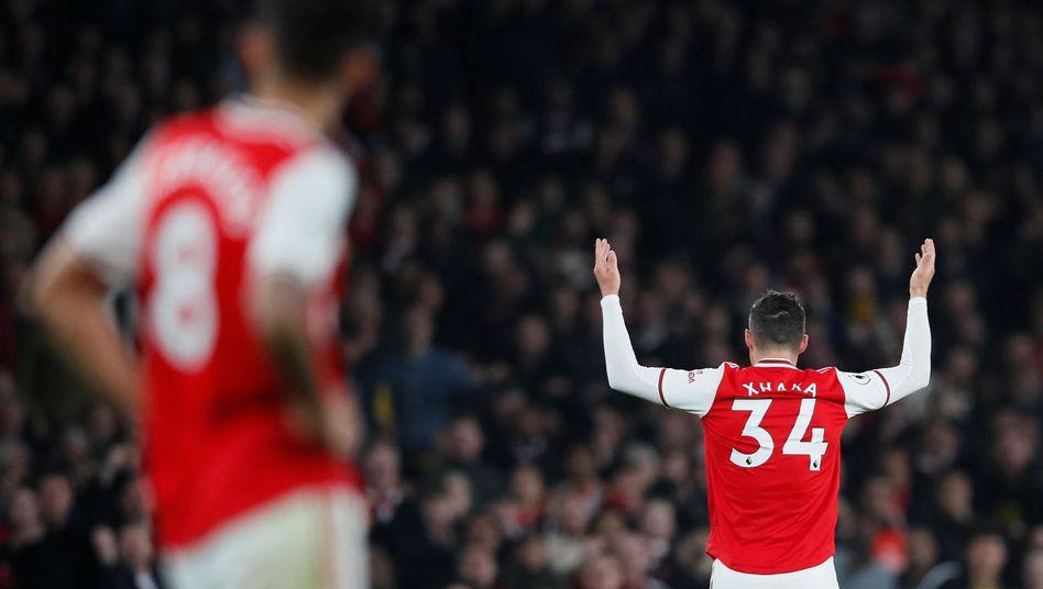 Granit Xhaka wendet sich nach seiner Auswechslung gegen Crystal Palace den Rängen zu