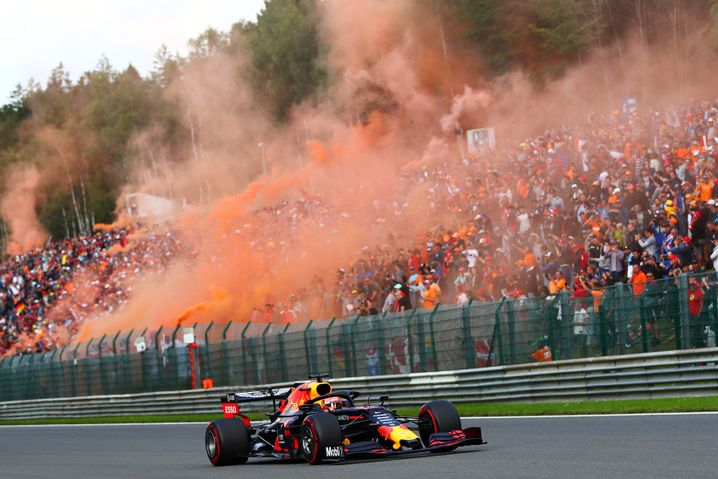 Die niederländischen Fans feiern Verstappen mit orangefarbenem Rauch