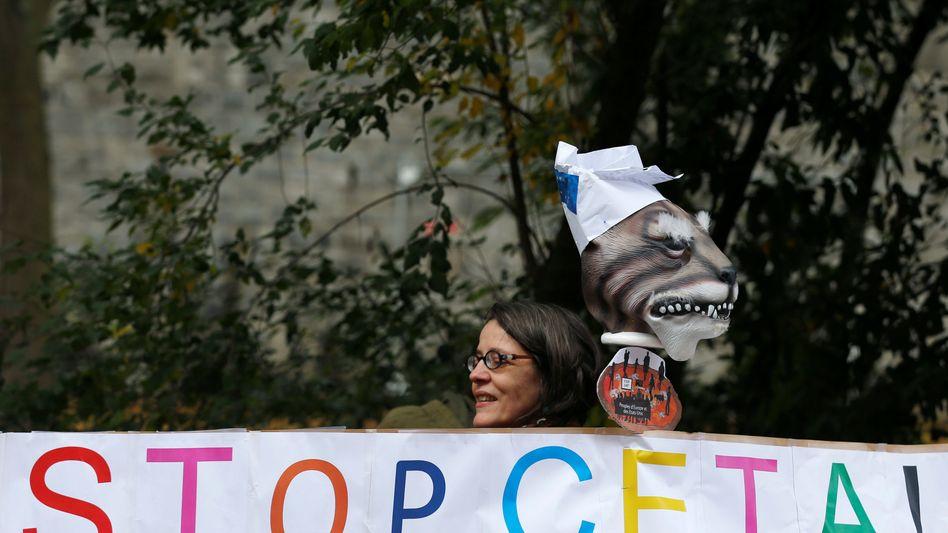 Demonstrantin vor dem wallonischen Regionalparlament in Namur, Belgien