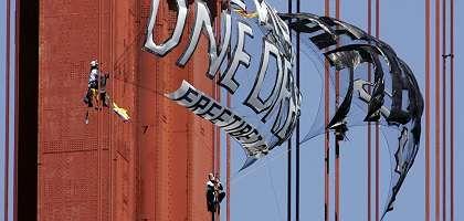 Protest in San Francisco: Demonstranten kletterten am Montag in das Seilgestänge der Golden Gate Bridge und enthüllten mehrere Transparente, auf denen sie Chinas Menschenrechtspolitik anprangerten