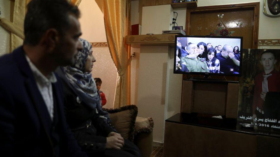 Die Eltern des getöteten Palästinensers verfolgen den Urteilsspruch im Fernsehen