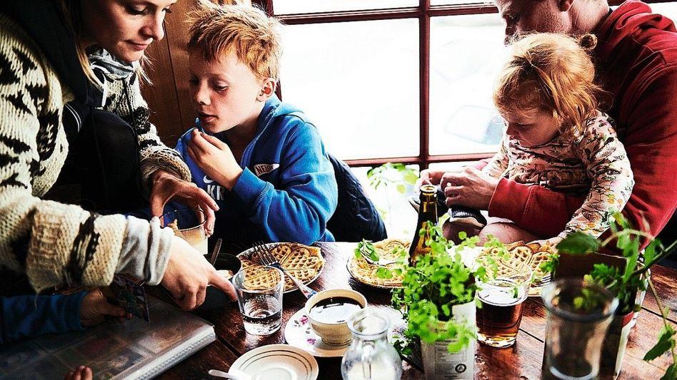 Zu Tisch Es ist so viel mehr als nur Nahrungsaufnahme: Essen ist Liebe, Gemeinschaft, Heimat und Wärme. Also lebenswichtig.