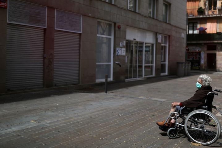 Raus, einfach raus: Eine ältere Frau mit Schutzmaske in Barcelona
