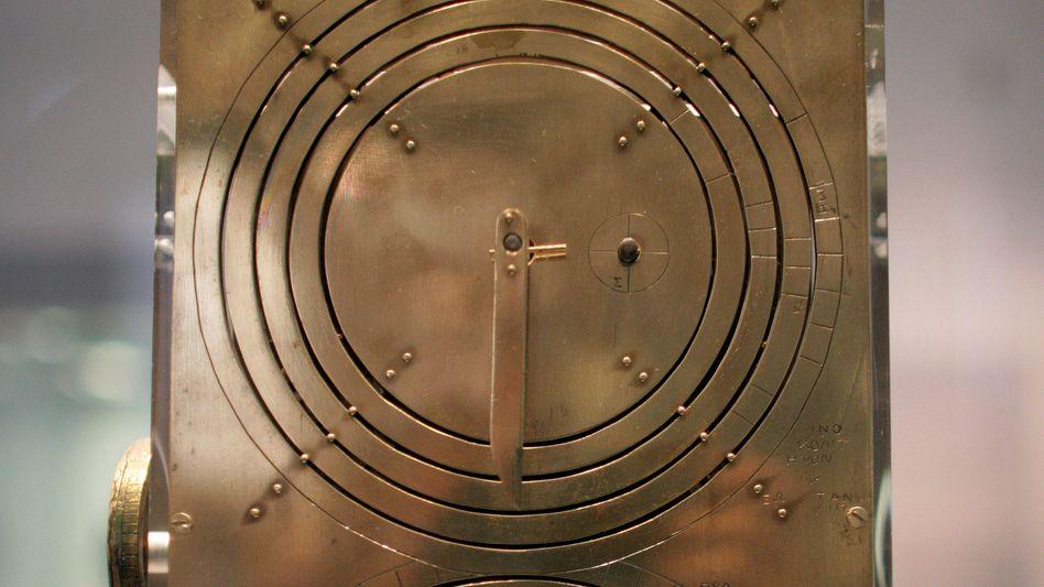 """Nachbau des Antikythera-Mechanismus (in Athen, Juli 2008): """"Von beinahe jedem Satz fehlen uns Anfang und Ende"""""""