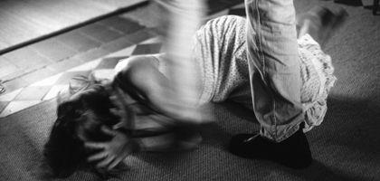 Erniedrigte Frau: Wie kann das Verhältnis von Opfer und Täter juristisch angemessen gewürdigt werden?