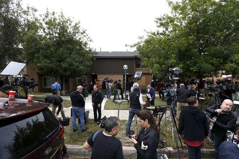 """Kamerateams vor der Wohnung des Paares in Redlands, Kalifornien: Journalisten hätten die Wohnung dann """"gestürmt"""""""