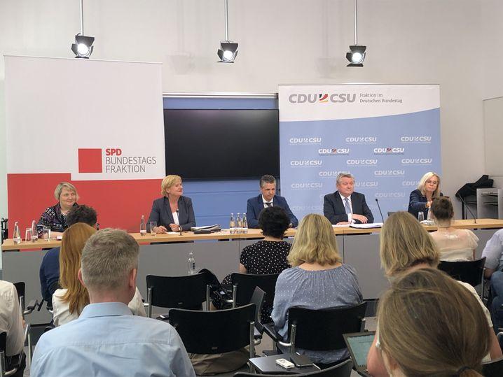 SPD-Politikerinnen Mast, Högl, Christdemokraten Frei und Gröhe, CSU-Frau Lindlohr