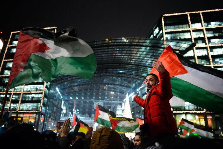 Anti-Israel-Demonstration am Berliner Hauptbahnhof