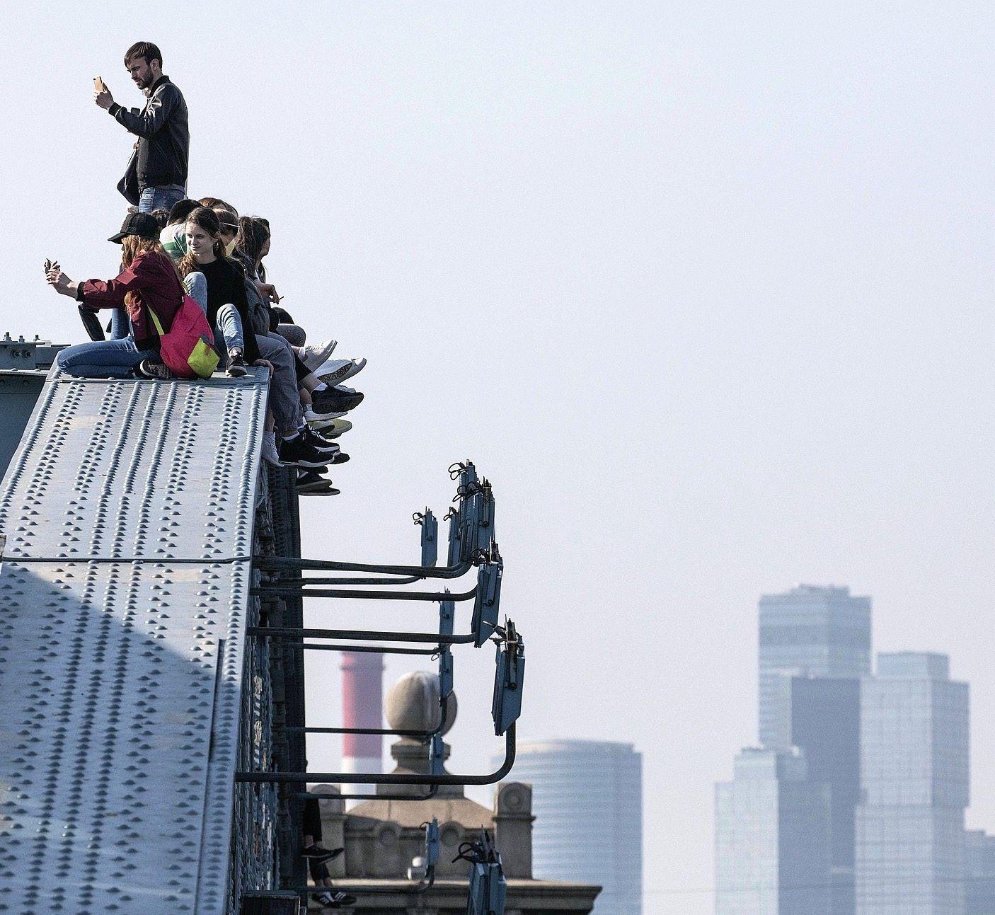 Selfiefotografen auf Moskauer Brücke