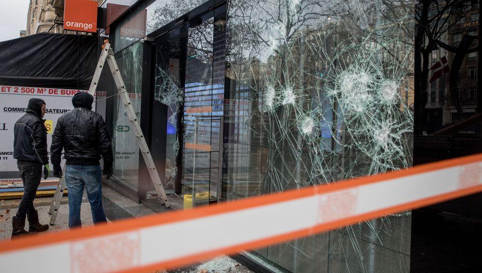 Schäden nach Ausschreitungen in Paris