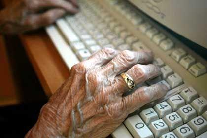 """94-Jährige am Computer: """"Rechtzeitig Weiterbildungschancen bieten"""""""