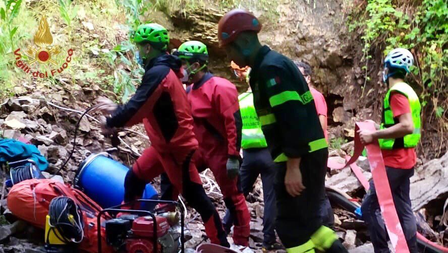 Rettungseinsatz vor der Risorgiva-Höhle in Roccamorice: plötzlicher Wassereinbruch