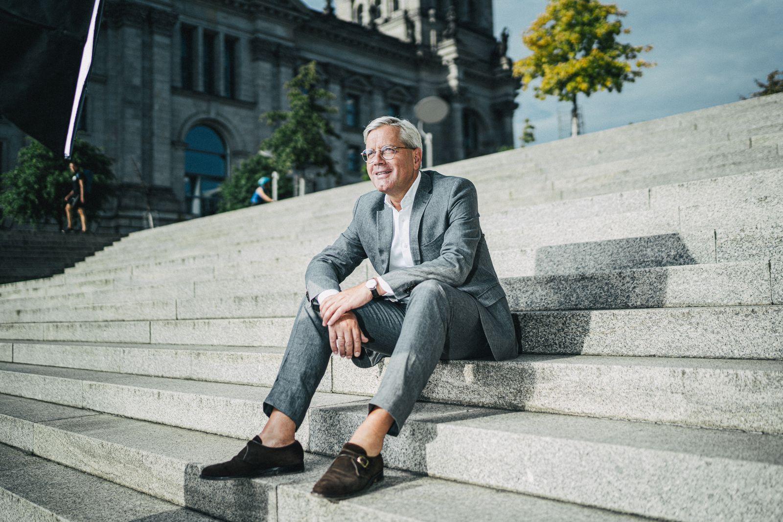 CDU-Poltiker Norbert Röttgen, MdB und Vorsitzender des Auswärtigen Ausschusses, Bewerber auf das Amt des CDU-Vorsitzenden, fotografiert neben dem Bundestag in Berlin