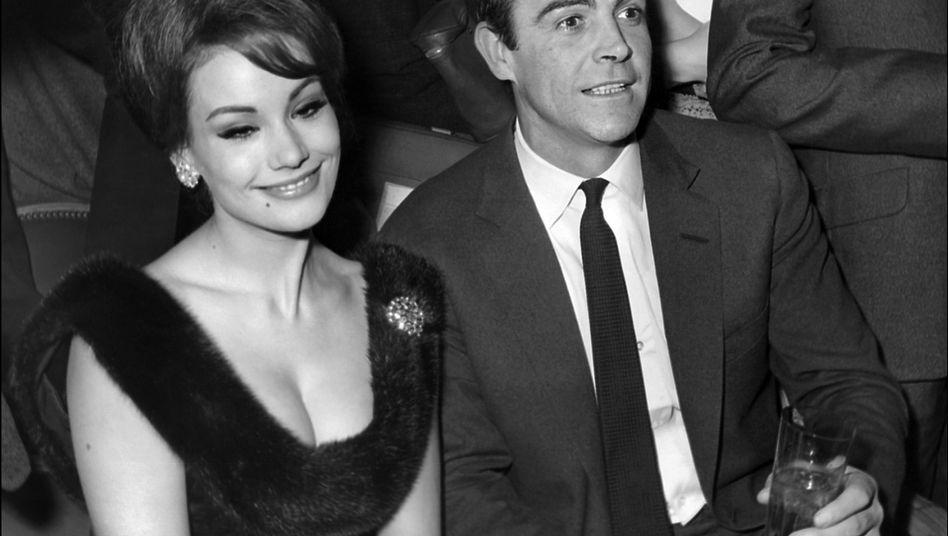 Claudine Auger neben Sean Connery