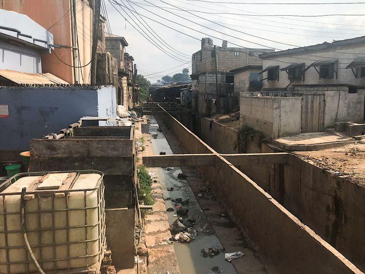 """Der sogenannte """"Fluss von BB"""": Die offene Kanalisation zieht sich durch den Slum."""