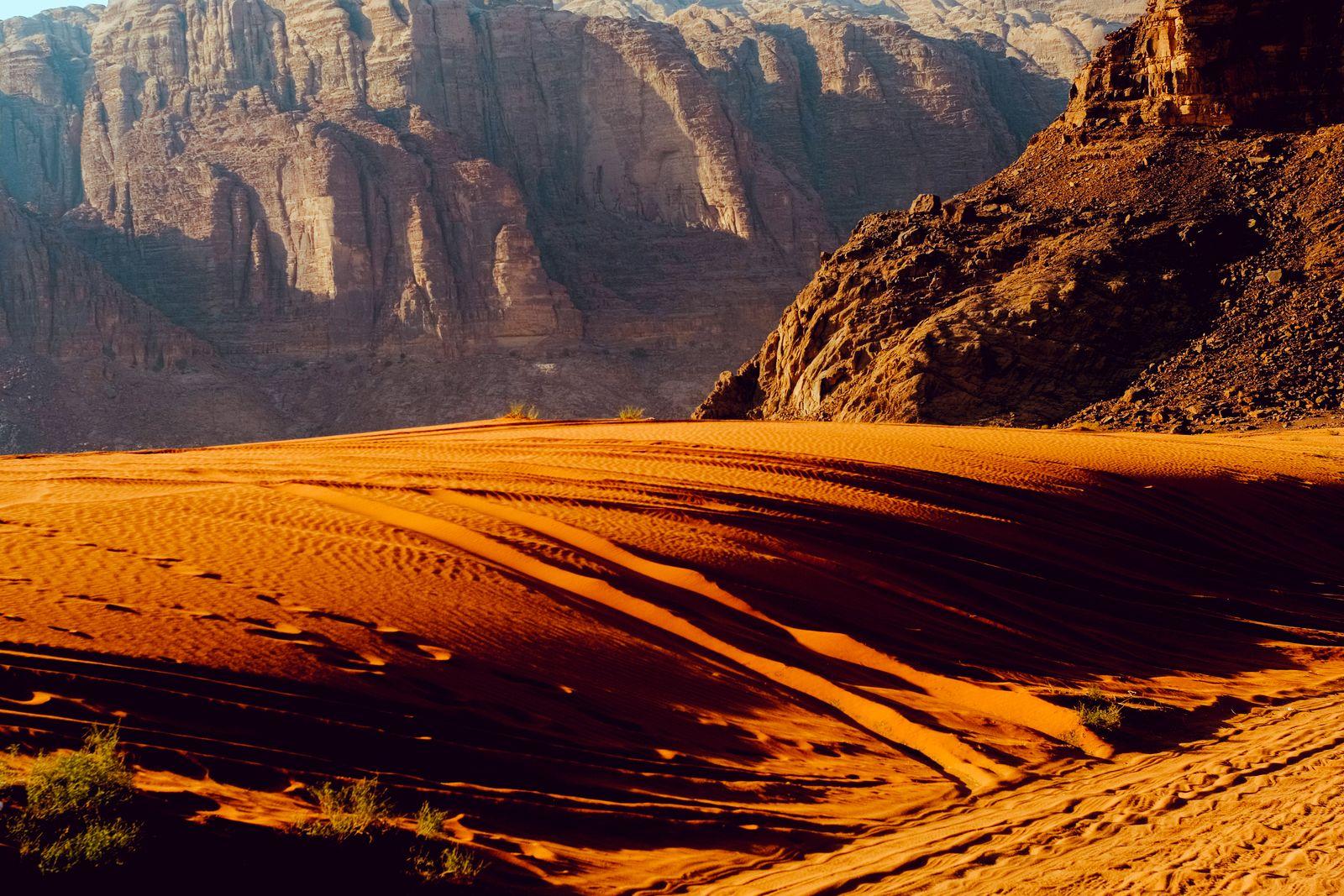 Sunset across the sand dunes and mountains of Wadi Rum, Jordan Wadi Rum Village, Aqaba Governorate, Jordan PUBLICATIONxI