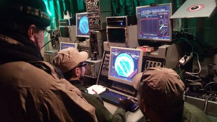An Bord des Schiffs: Technik der Sechzigerjahre, Computerbildschirme von heute
