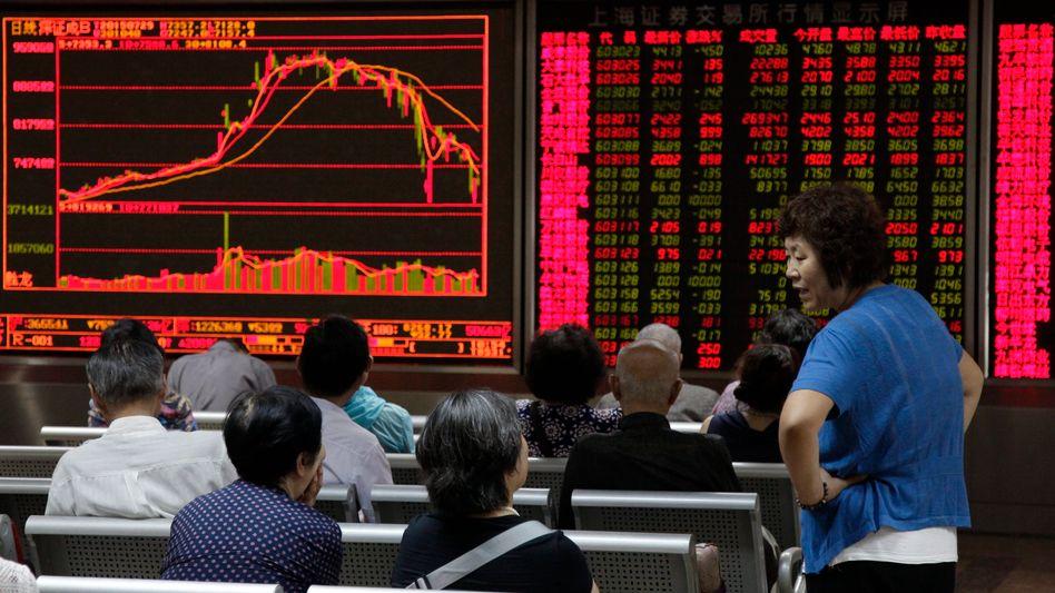 Anleger vor Kurstafel in Peking am Mittwoch: Extreme Berg- und Talfahrt