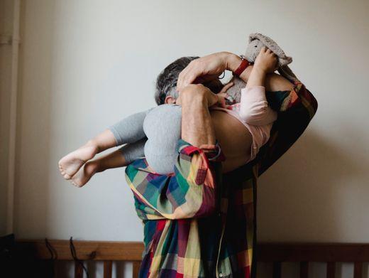 Oma-Opa-Ökonomie: Viele Großeltern unterstützen ihre Kinder und Enkel – worauf sollten Familien dabei achten?