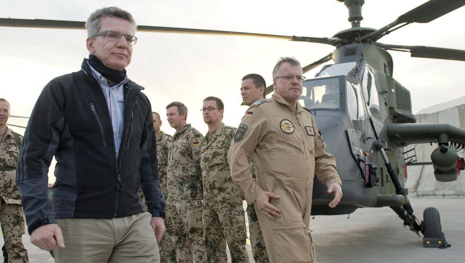 """Minister de Maizière vor einem Tiger-Hubschrauber (Archiv): """"Das Parlament darf nicht zum 'Abnicker' werden"""""""