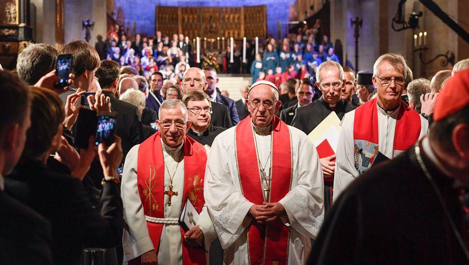 Papst Franziskus mit Erzbischof Munib A. Younan, Präsident des Lutherischen Weltbundes, in Lund