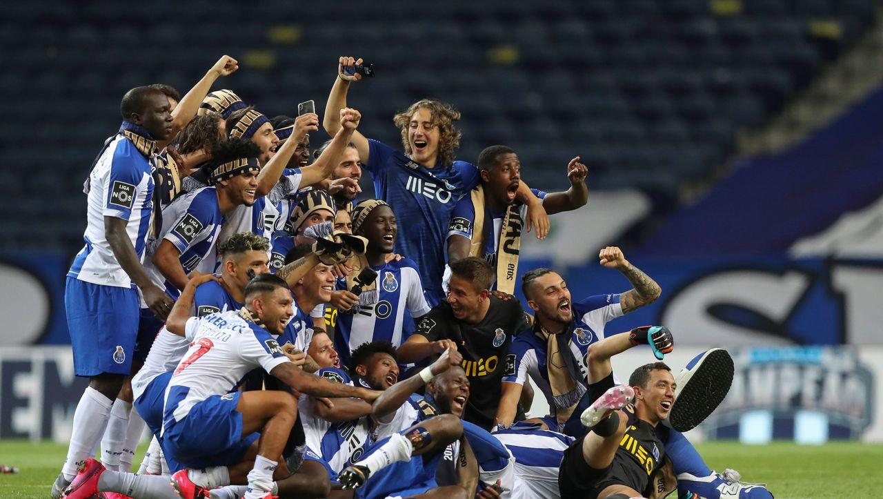 FC Porto gewinnt Meisterschaft - Fans feiern vor Stadion mit Autohupen und Feuerwerk - DER SPIEGEL - Sport