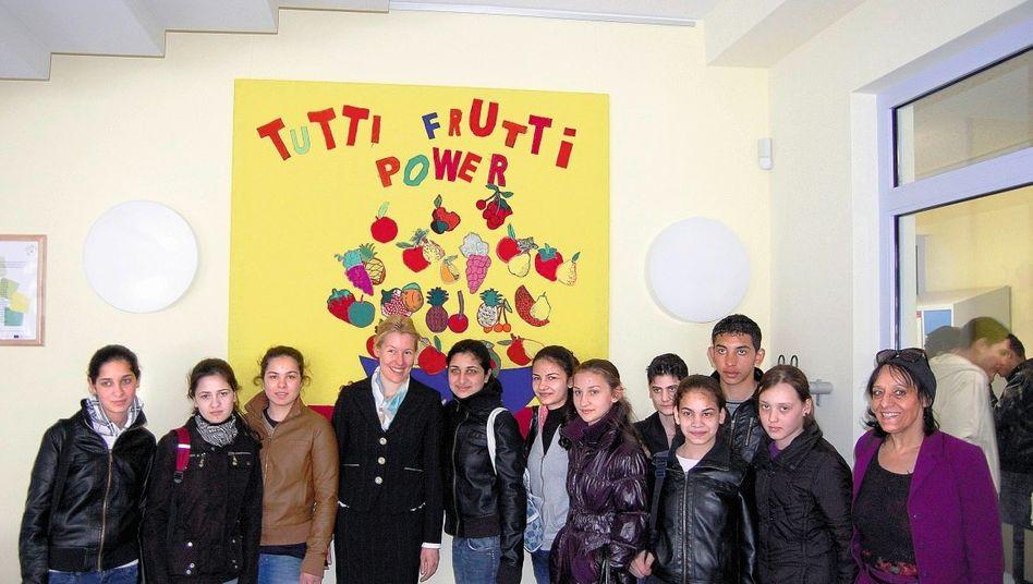 Schulpolitikerin Giffey (4. v. l.) mit Berliner Zuwandererklasse
