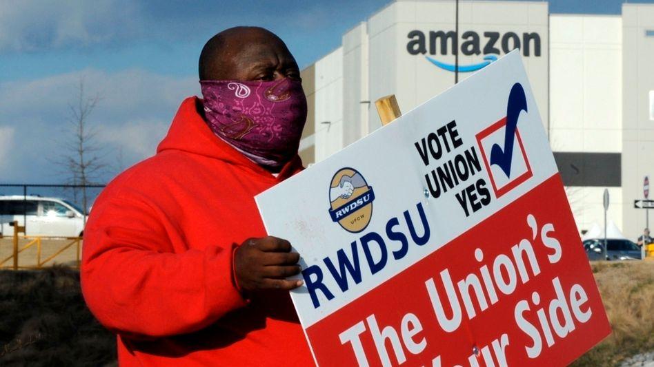 Gewerkschaftsvertreter vor Amazon-Lager in Alabama