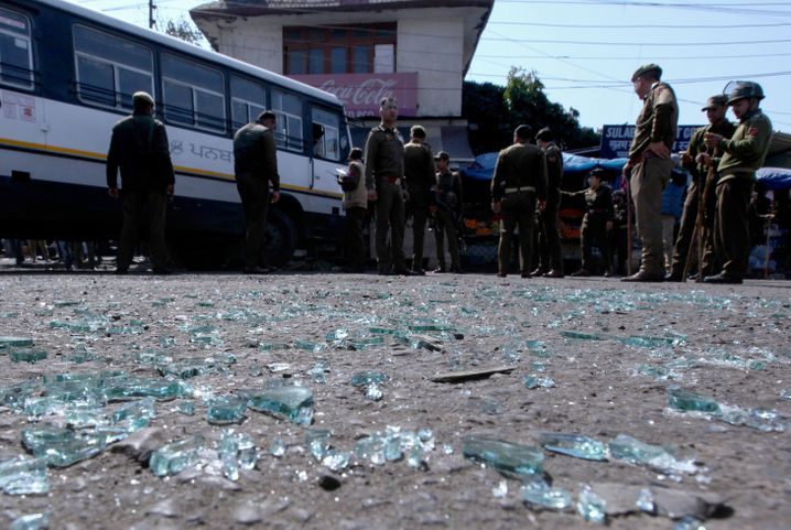 Indische Sicherheitskräfte an einem Anschlagsort in Kaschmir