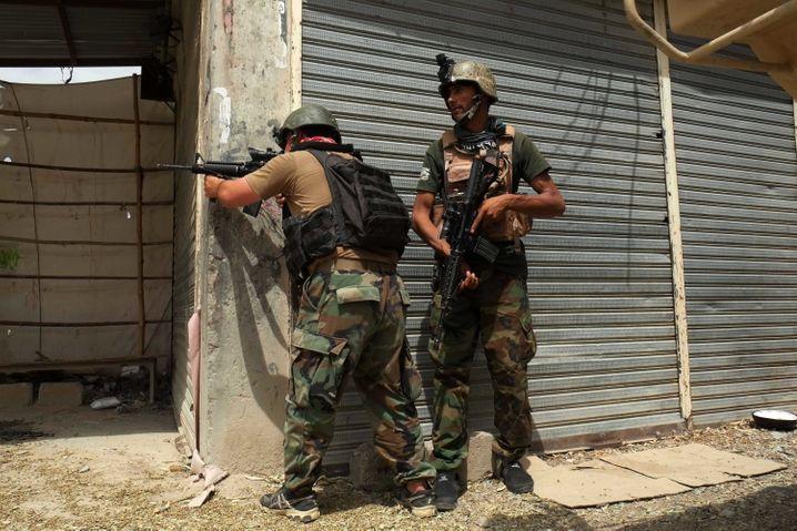 Bewaffnete afghanische Sicherheitskräfte wehren sich gegen das Vorrücken der Taliban