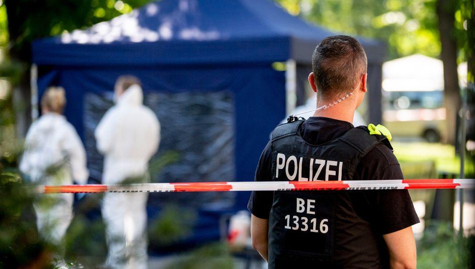 Ein Polizeibeamter sichert den Tatort im Kleinen Tiergarten