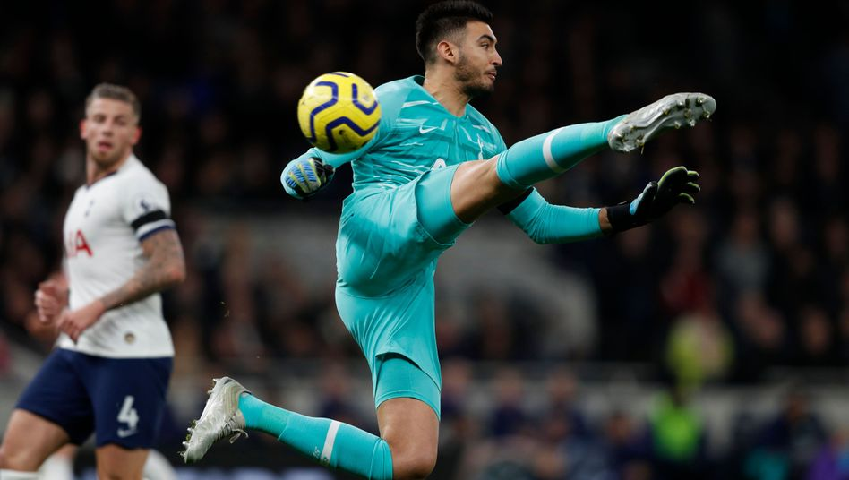 Tottenhams Torhüter Paulo Gazzaniga fliegt am Ball vorbei