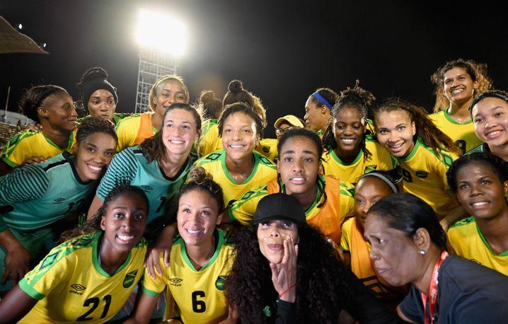 Cedella Marley posiert mit den Reggae Girlz