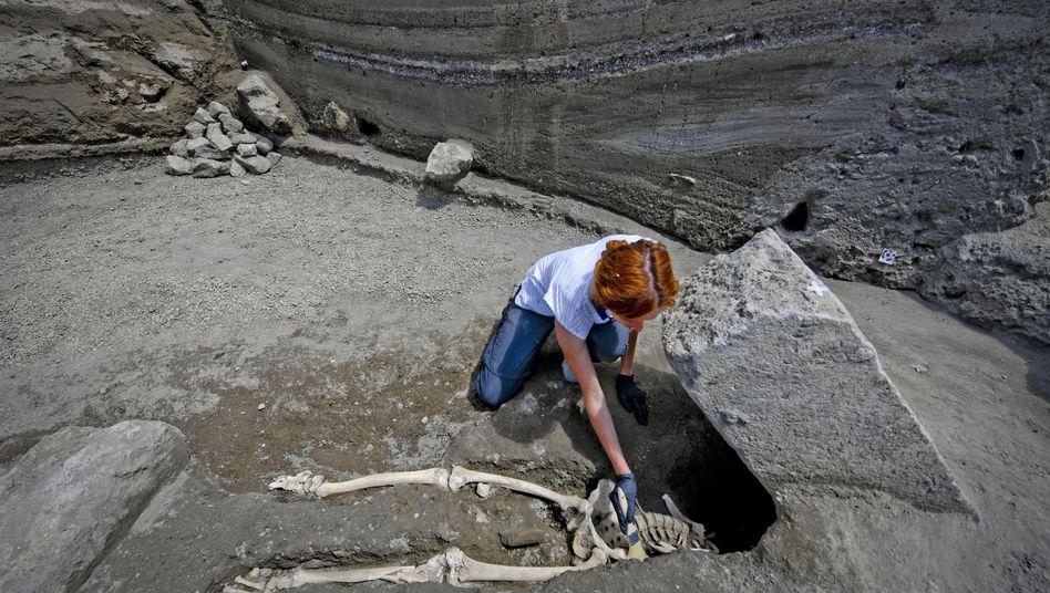 Archäologin Valeria Amoretti mit dem Skelett eines Mannes, der wohl auf der Flucht im Pompeji starb