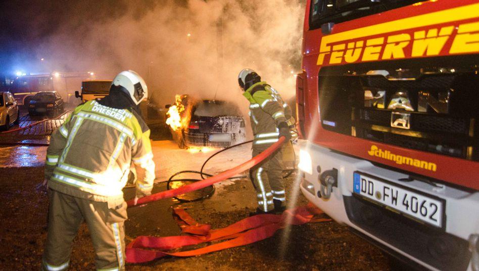 Löscharbeiten der Feuerwehr: Bis zu zehn Autos sollen gebrannt haben