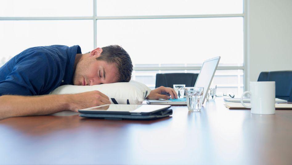 Im Job ermattet: Viele sind von der Arbeit einfach zu platt für den Feierabend