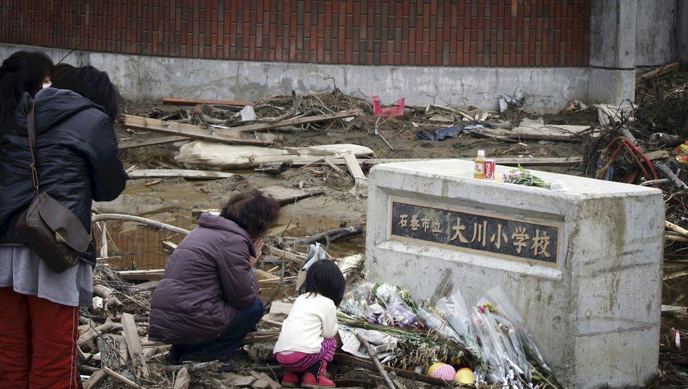 Einen Monat danach: Japan gedenkt der Katastrophenopfer