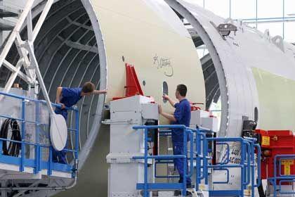 EADS-Mitarbeiter am Rumpf eines A400M: Verzögerungen bis zu zwei Jahren