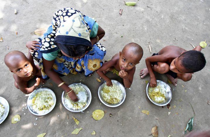 Hungersnot in Indien: Kinder in einem Flüchtlingswohnheim nahe Bilasipara (Assam) bekommen ein Mittagessen