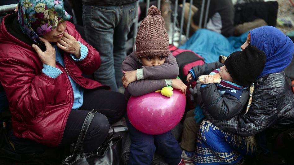 Frau mit Kindern an der griechisch-mazedonischen Grenze