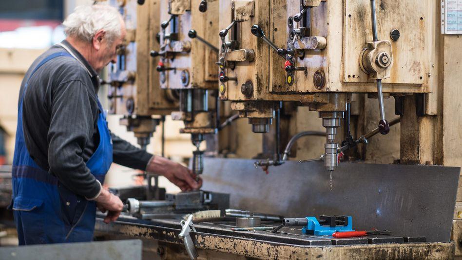 Senior in der Metallverarbeitung: Das umlagefinanzierte Rentensystem stößt immer mehr an Grenzen