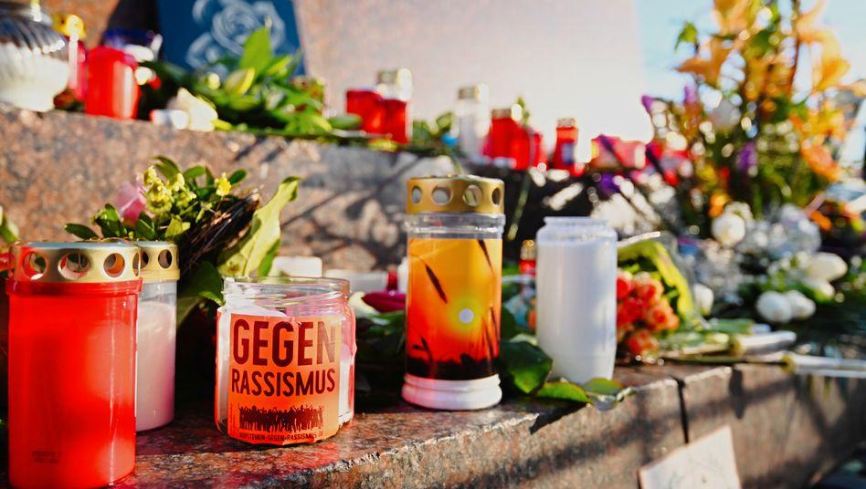 Blumen und Kerzen für die Opfer von Hanau, hier am Marktplatz