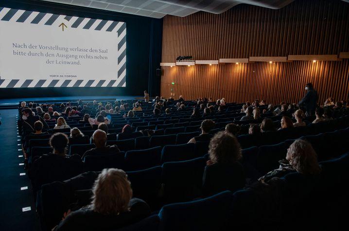 Filmfans im Berliner Kino International: Trotz Hygieneregeln kommen die Zuschauer wieder