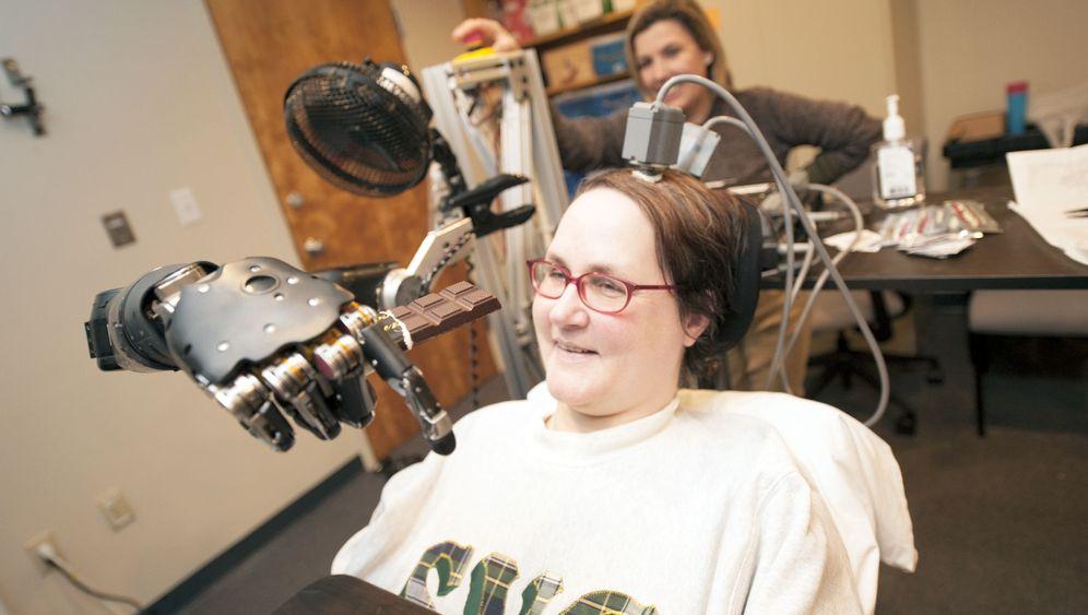 High-Tech-Prothese: Roboterarm bewegt sich auf Gedanken-Kommando