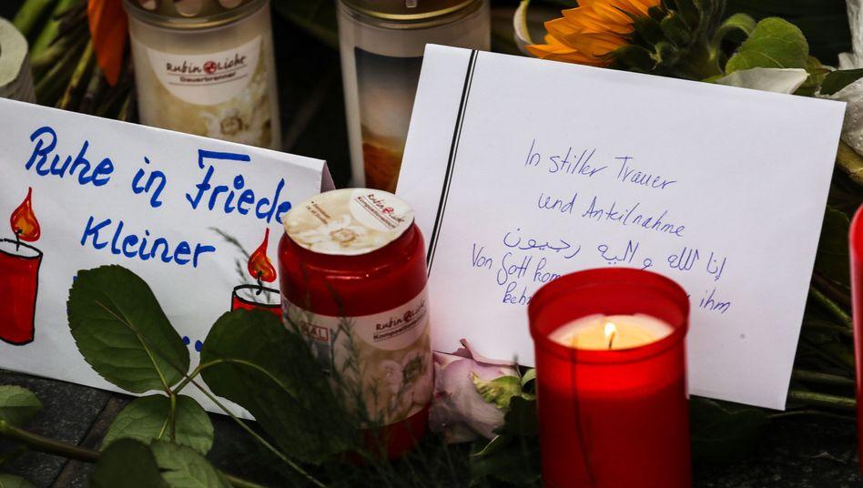 Menschen stellten Gedenkkerzen am Frankfurter Hauptbahnhof auf