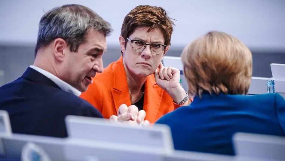 Unionsführungspersonal Söder, Kramp-Karrenbauer, Merkel: Nur die Ruhe