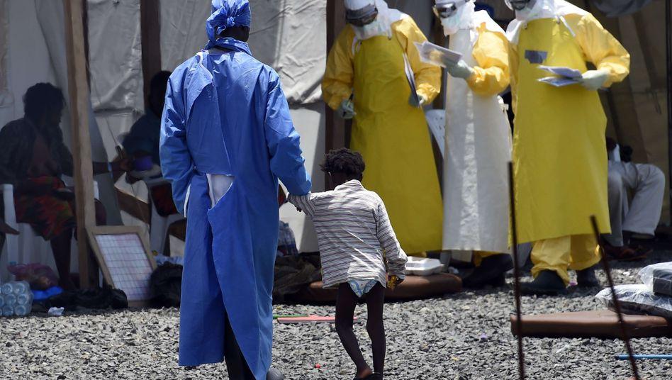 Helfer in Schutzanzügen: Viele Organisationen reagierten im Kampf gegen Ebola zu spät
